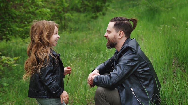 El papá y la hija pasan el tiempo junto en parque imagen de archivo