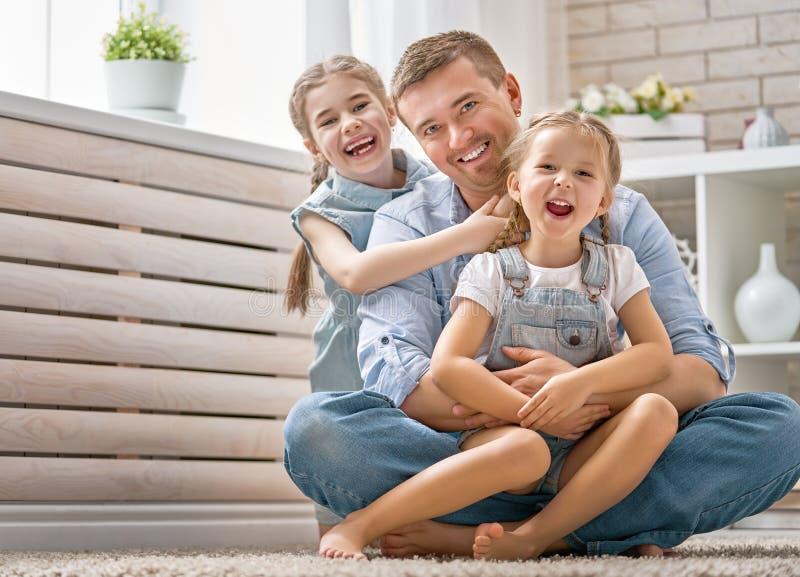 El papá y sus hijas están jugando foto de archivo libre de regalías