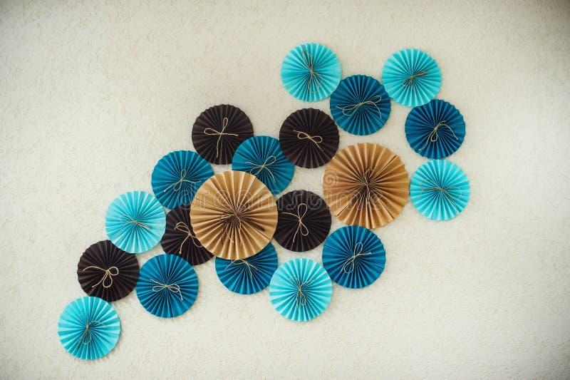 El papel colorido abstracto de la decoración circunda en la pared imagen de archivo