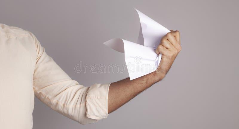 El papel de la mano del hombre de negocios se arruga fotografía de archivo