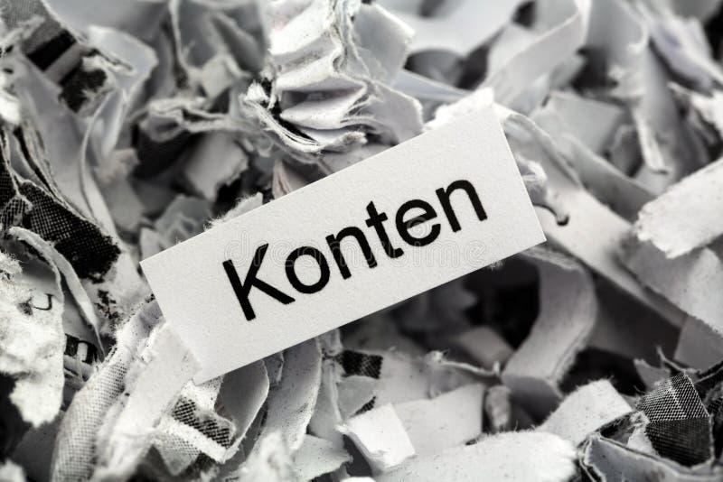 El papel destrozado considera palabra clave fotos de archivo