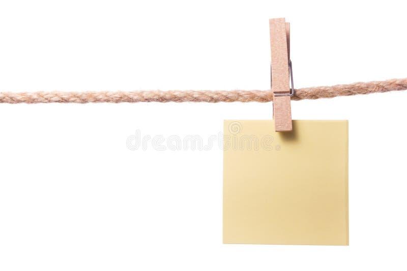 El papel en blanco observa la ejecución en la cuerda con los pernos de ropa, espacio de la copia imagen de archivo libre de regalías