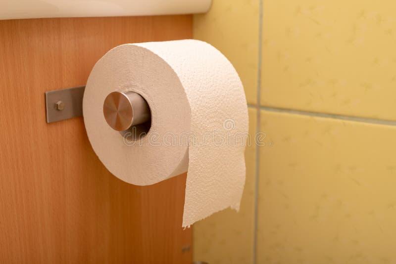 El papel higiénico rodó para arriba en un rollo en el retrete Higiene personal imagen de archivo libre de regalías