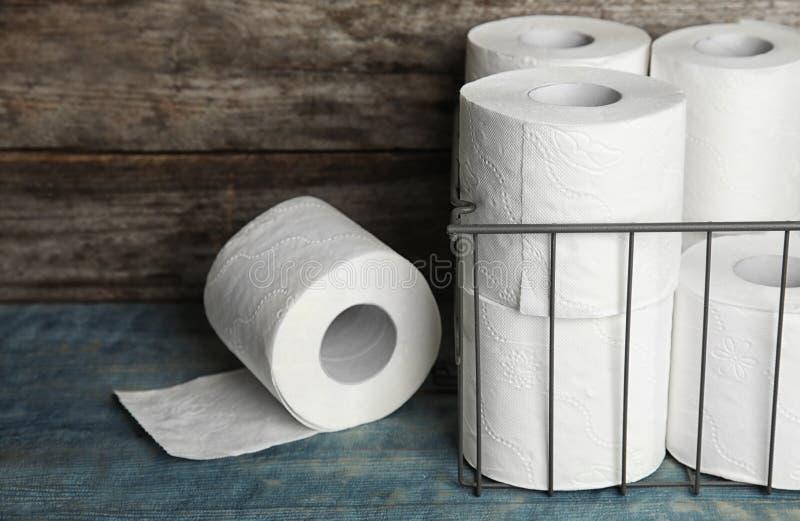 El papel higiénico rueda en la tabla imagen de archivo
