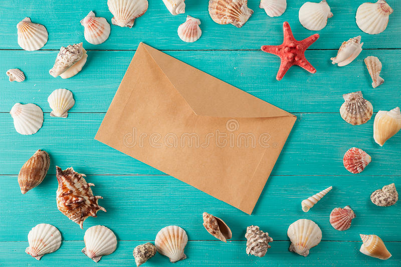 El papel para las notas acerca a conchas marinas en fondo de madera Copie el espacio fotografía de archivo libre de regalías
