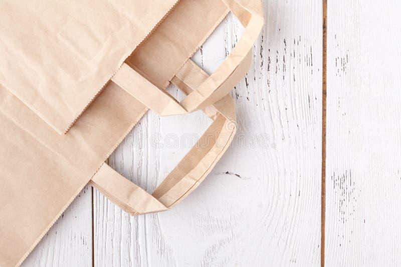 El papel pierde listo para reciclar Cuidado de la responsabilidad social y de la ecología, el usar de bolsas de papel en vez del  fotos de archivo libres de regalías