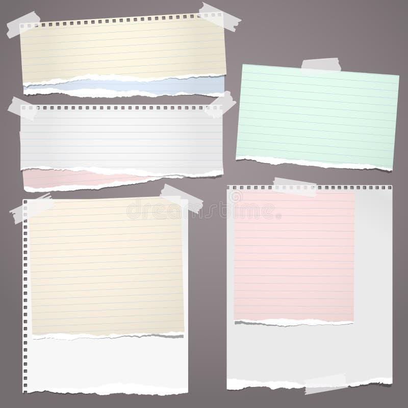 El papel rasgado blanco y colorido del cuaderno, rasgado alineó las tiras de papel de nota pegadas en fondo marrón Ilustración de ilustración del vector