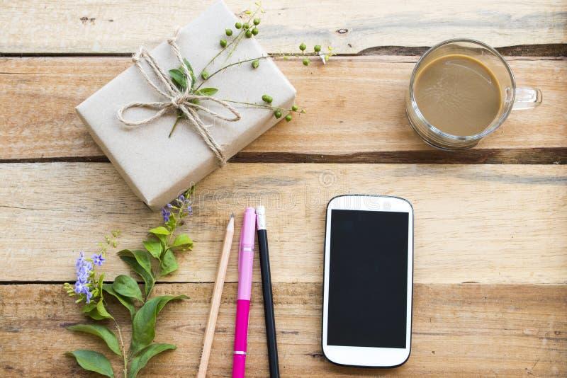 El paquete de la caja prepararse env?a al cliente por la oficina de correos imágenes de archivo libres de regalías