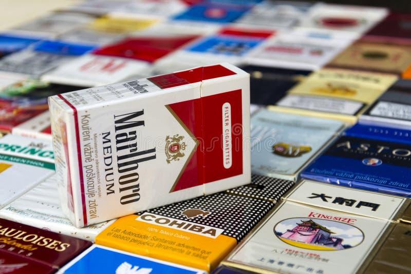 El paquete de Marlboro en muchos diversos cigarrillos fotografió el 25 de marzo de 2017 en Praga, República Checa fotos de archivo