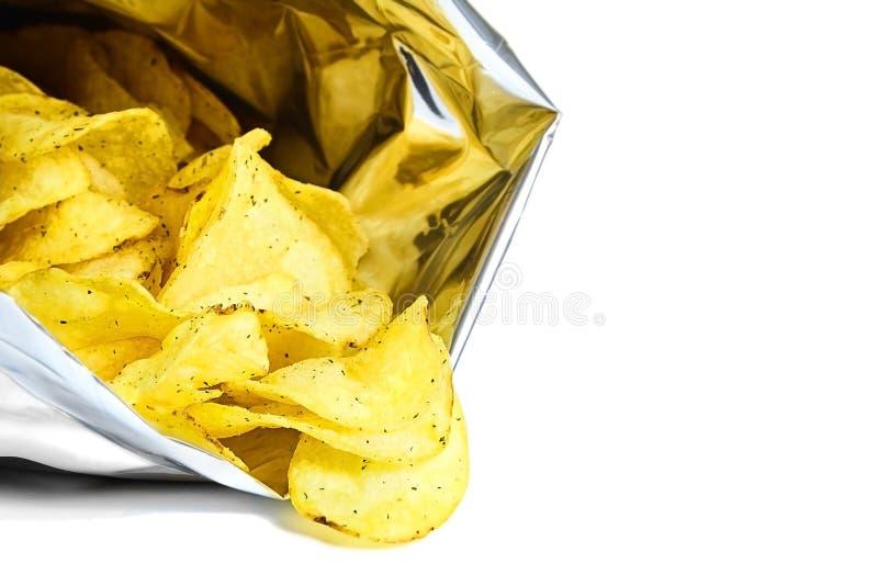 El paquete de plata abierto de patatas fritas picantes deliciosas aisló foto de archivo