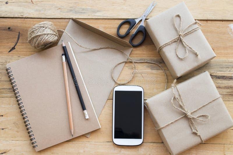 El paquete del paquete de la caja prepararse envía al cliente foto de archivo libre de regalías