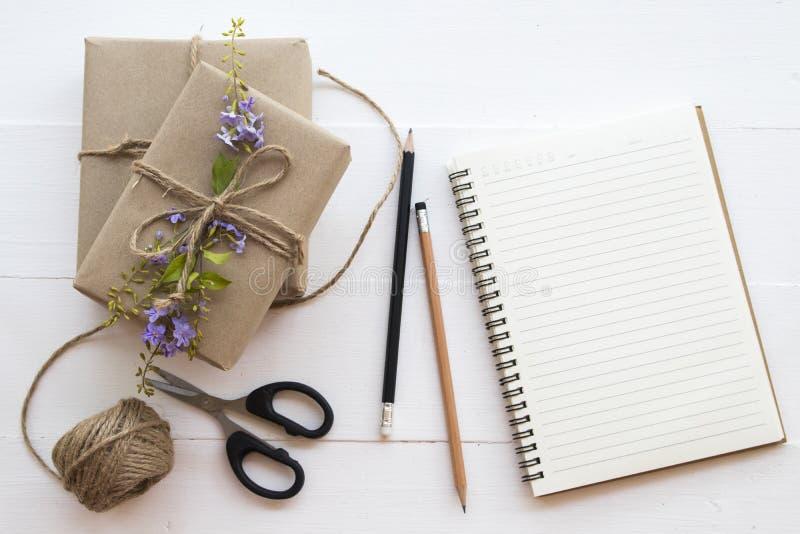 El paquete del paquete de la caja prepararse envía al cliente fotos de archivo libres de regalías