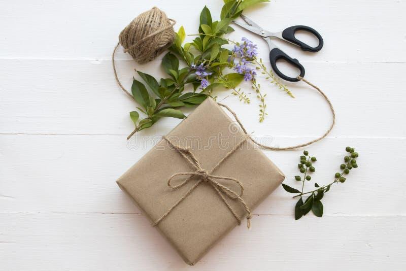 El paquete del paquete de la caja prepararse envía al cliente foto de archivo