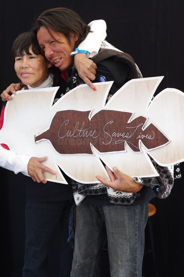 El par aborigen lleva a cabo la cultura ahorra vidas imágenes de archivo libres de regalías