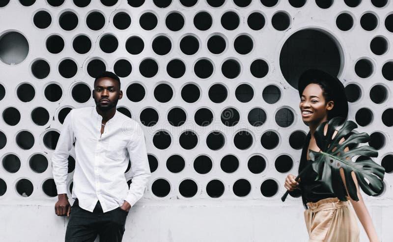 El par afroamericano joven hermoso está mirando la cámara y el SM imagen de archivo