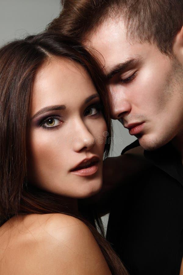 El par atractivo, femenino joven hermoso y el varón hace frente al primer imagenes de archivo