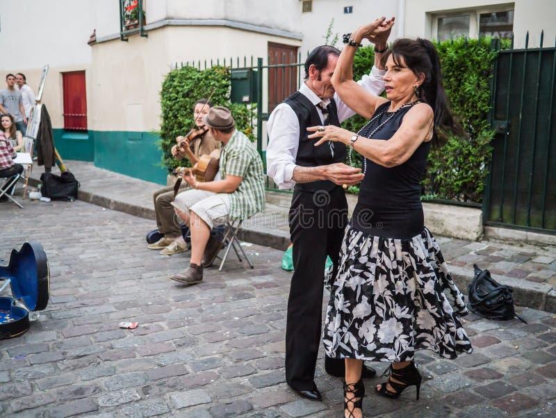 El par baila al jazz de los músicos de la calle en Montmartre en París imágenes de archivo libres de regalías