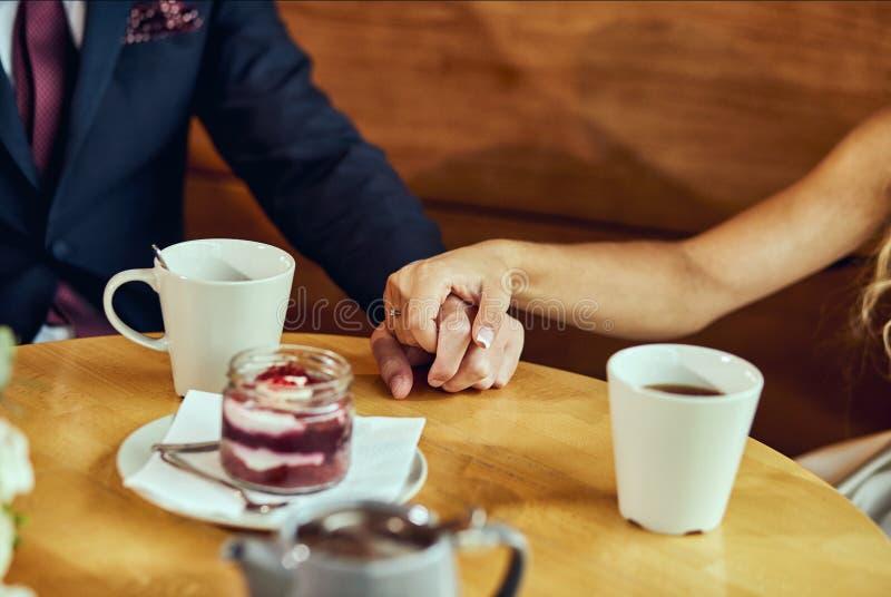 El par bebe el café con las tortas de la fruta en un café fotos de archivo libres de regalías