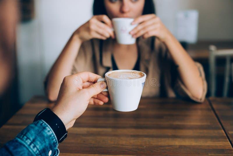 El par bebe el café de la mañana en café foto de archivo libre de regalías