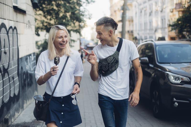El par bonito lindo camina en las calles fotografía de archivo
