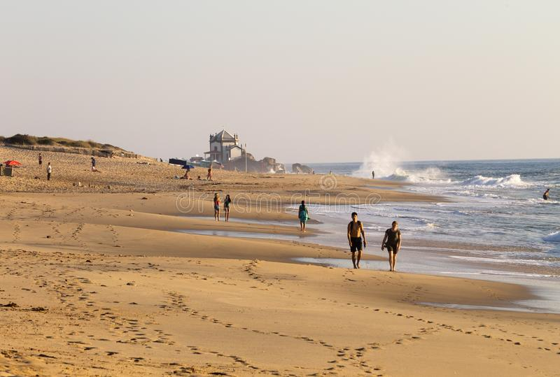 El par camina en la playa foto de archivo