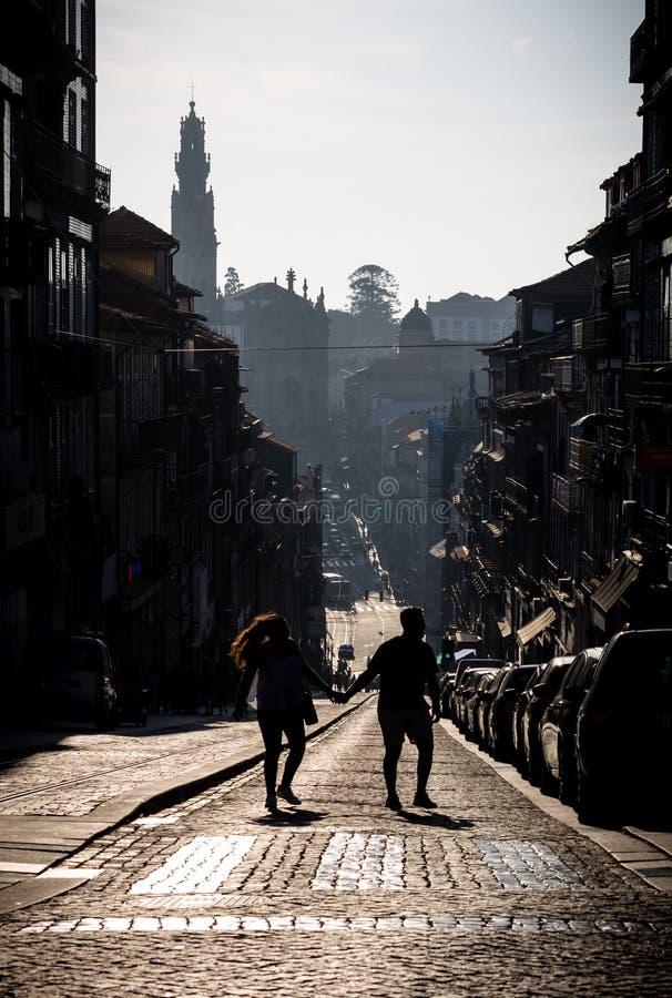 El par camina en el medio de la calle de Oporto fotografía de archivo