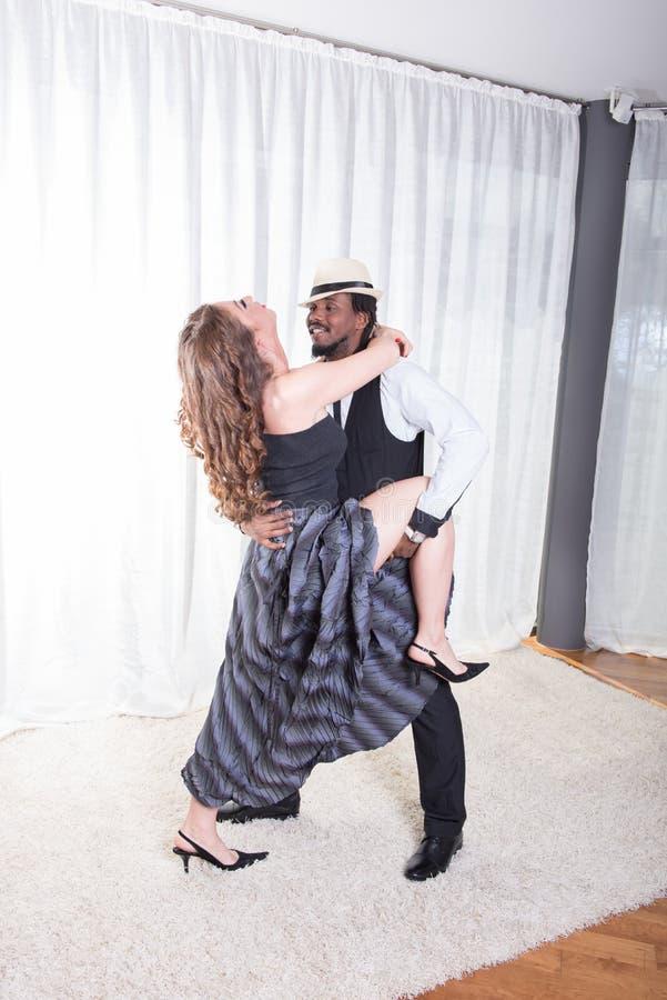 El par cariñoso está bailando junto imagenes de archivo