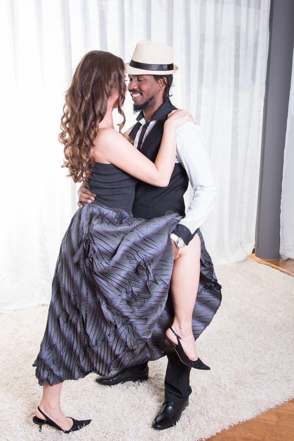 El par cariñoso está bailando junto fotografía de archivo