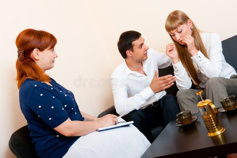 El par casado consulta en el psicólogo foto de archivo libre de regalías