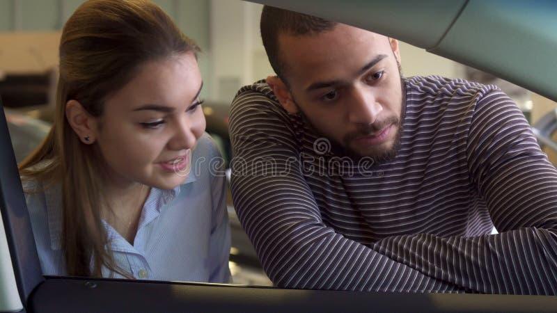 El par considera dentro del coche la representación fotografía de archivo libre de regalías