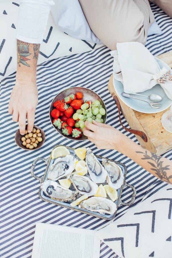 El par del inconformista goza de ostras frescas foto de archivo
