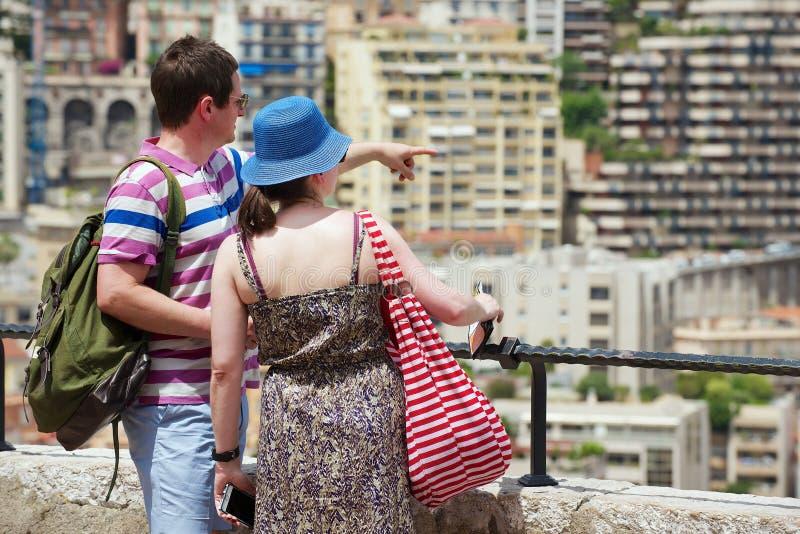 El par disfruta de la visión desde el punto de vista en Mónaco imagen de archivo