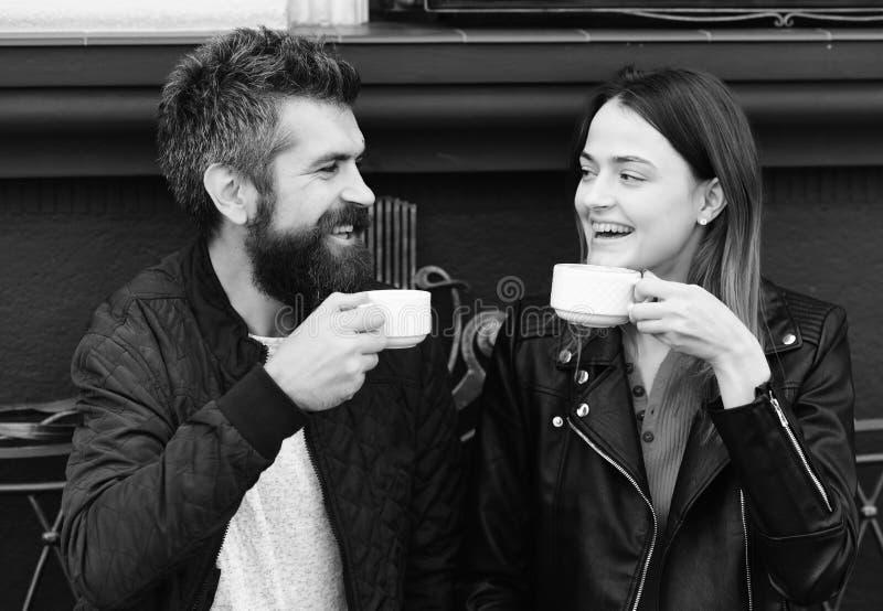 El par en amor bebe el descanso para tomar café Bebida y almuerzo calientes Mujer y hombre con las caras felices imágenes de archivo libres de regalías
