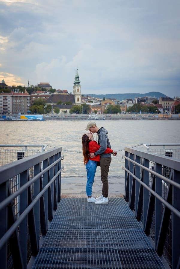 El par encantador en amor está frotando blando narices en el embarcadero del hierro cerca del río Danubio en Budapest, Hungría du imagen de archivo libre de regalías