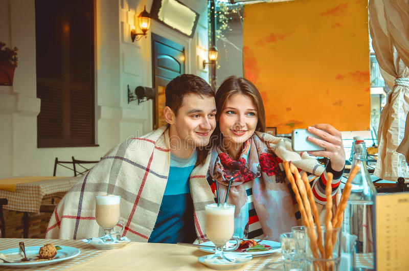 El par encantador en amor hace el selfie fotografía de archivo libre de regalías