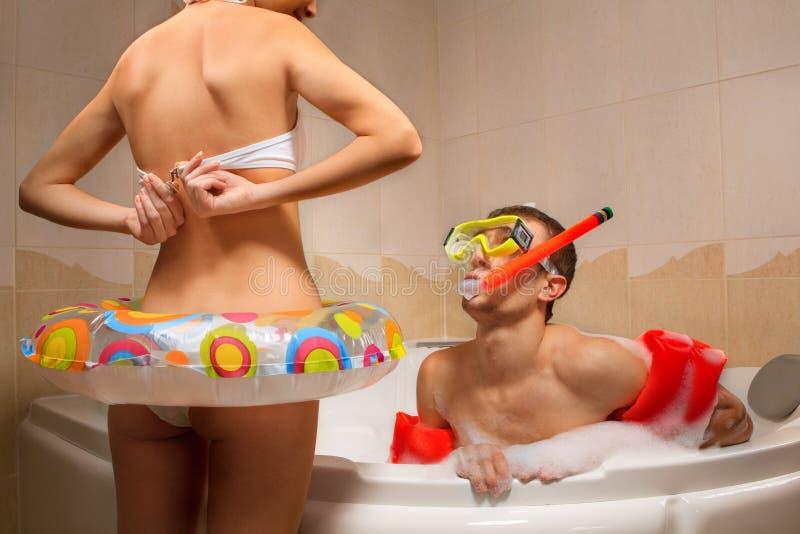 El par está disfrutando de un baño imagenes de archivo