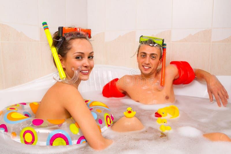 El par está disfrutando de un baño fotos de archivo