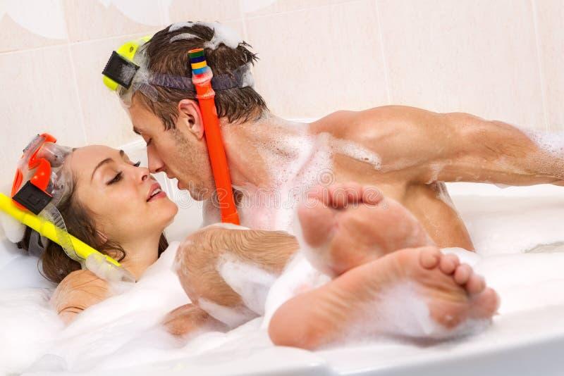 El par está disfrutando de un baño imágenes de archivo libres de regalías