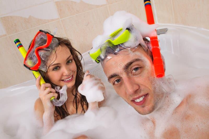 El par está disfrutando de un baño fotografía de archivo