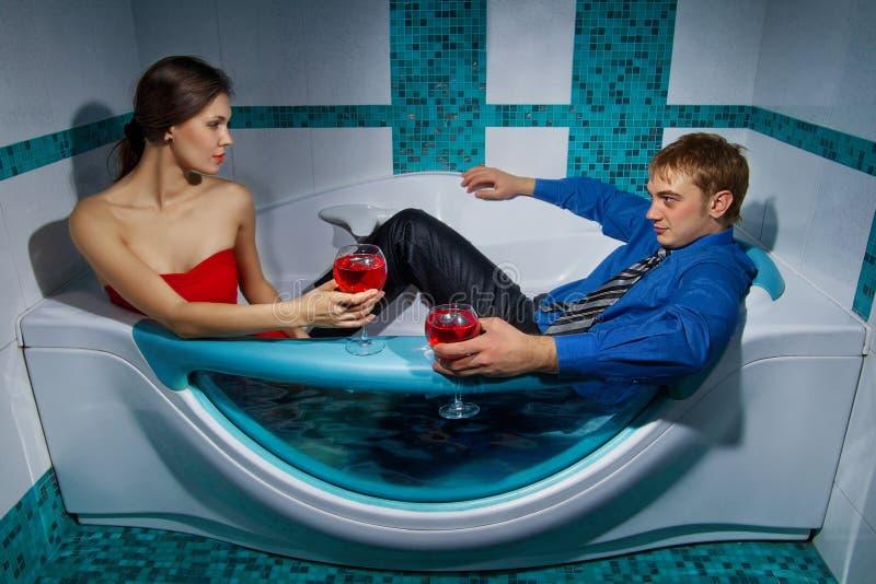 El par está disfrutando de un baño fotos de archivo libres de regalías