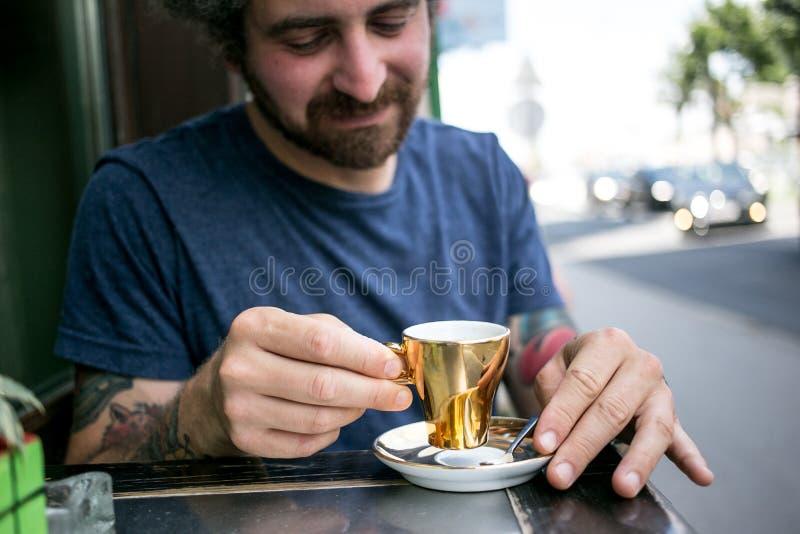 El par el fecha bebe el buen café de la especialidad fotografía de archivo
