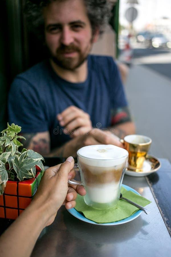 El par el fecha bebe el buen café de la especialidad imágenes de archivo libres de regalías