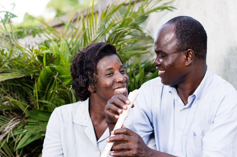 El par feliz adulto mira en los ojos foto de archivo libre de regalías
