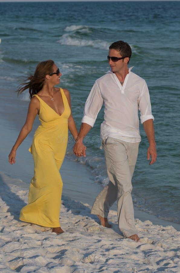 El par goza de la playa de la Florida imagen de archivo