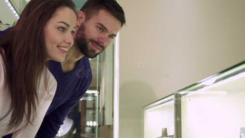 El par hace compras en el boutique de la joyería foto de archivo libre de regalías