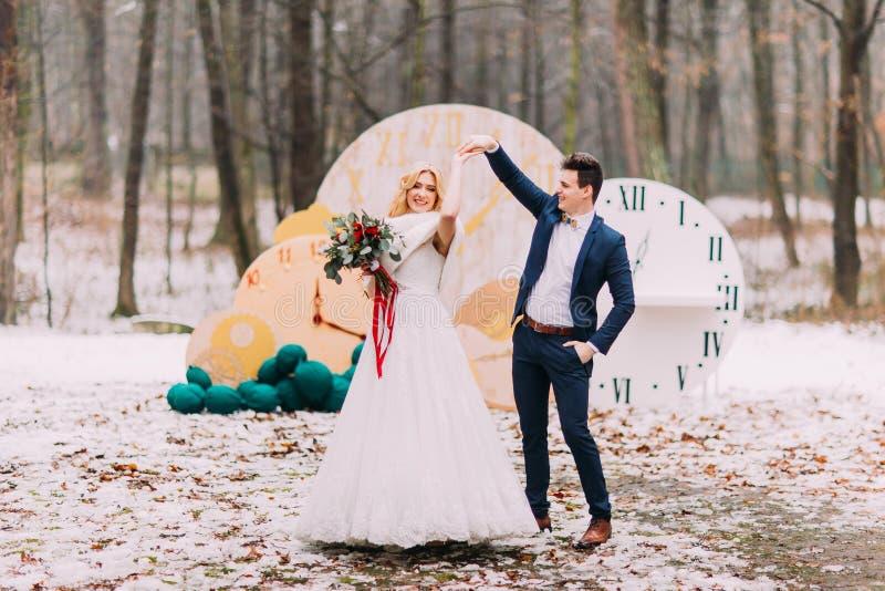 El par hermoso de la boda baila en el bosque del otoño foto de archivo libre de regalías