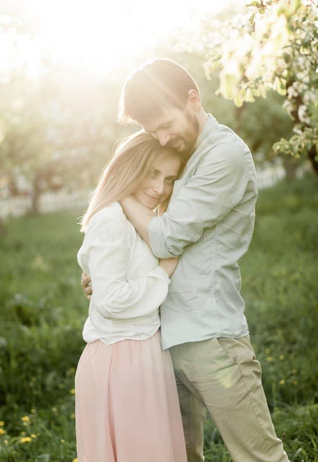 El par hermoso en amor abraza blando, imagenes de archivo