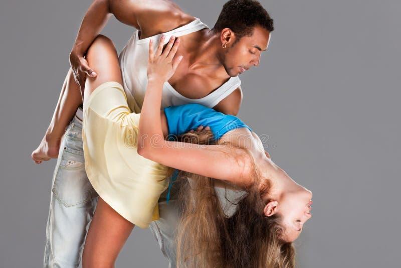 El par joven baila la salsa del Caribe foto de archivo libre de regalías