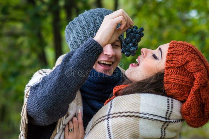 El par joven come las uvas imágenes de archivo libres de regalías
