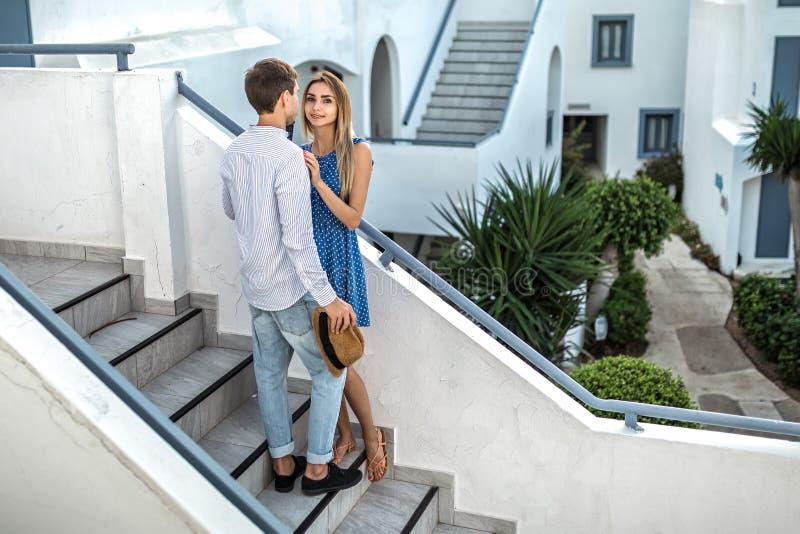 El par joven en amor, individuo mira a la muchacha, ella sonríe feliz Primera fecha, conocido, propuesta de matrimonio, luna de m imagen de archivo libre de regalías